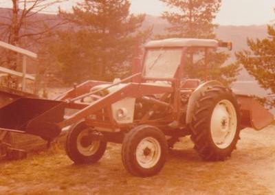 Innskanning 53 Traktor ved låven kjøpt november 1973